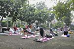 Peserta #YogaHealthyFriends sedang melakukan Plank Pose