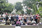 Foto bareng peserta #YogaHealthyFriends bersama Mira Sahid