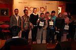 Foto bersama Alice Norin dengan peserta yang mendapatkan doorprize