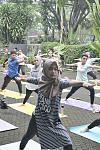 Peserta #YogaHealthyFriends sedang melakukan Warrior 2 Pose